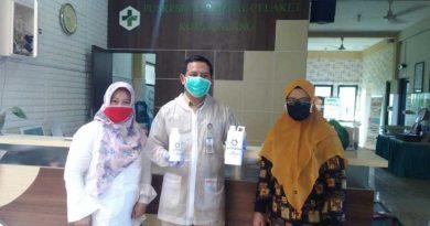 SOSIAL: AKAFARMA dan AKFAR PIM memberikan hand soap dan hand sanitizer ke tempat pelayanan umum di Kota Malang.