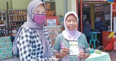 BAGI: Mahasiswa AKAFARMA PIM membagikan masker secara cuma-cuma ke masyarakat Malang.